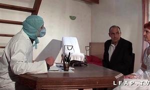 La vieille mariee se fait defoncee le cul chez le gyneco en troika avec le mari